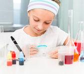 Fotografia bambina con boccette per la chimica