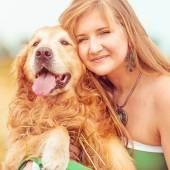 Fényképek fiatal nő a kutyájával