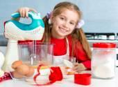 malá holčička připravovat soubory cookie