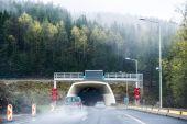 Krásné moderní silniční tunely procházející hornaté části Rakouska