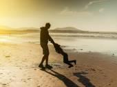 Táta hrál s dcerou na pláži