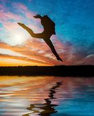 Fényképek sziluettjét jumping tornász