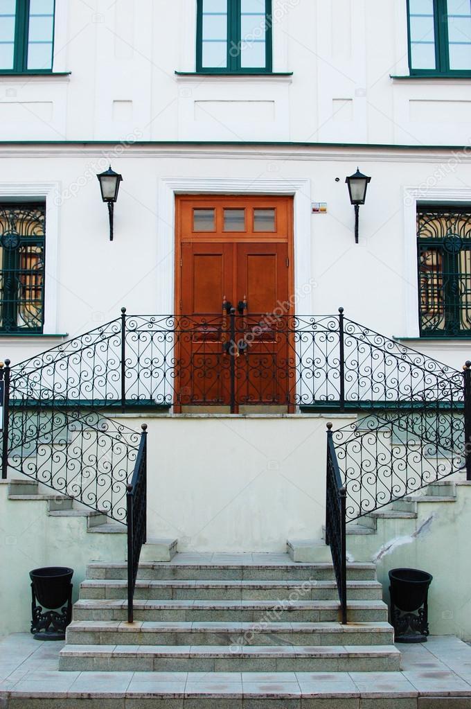 porte d\'entrée avec escalier en marbre — Photographie dzkarol ...
