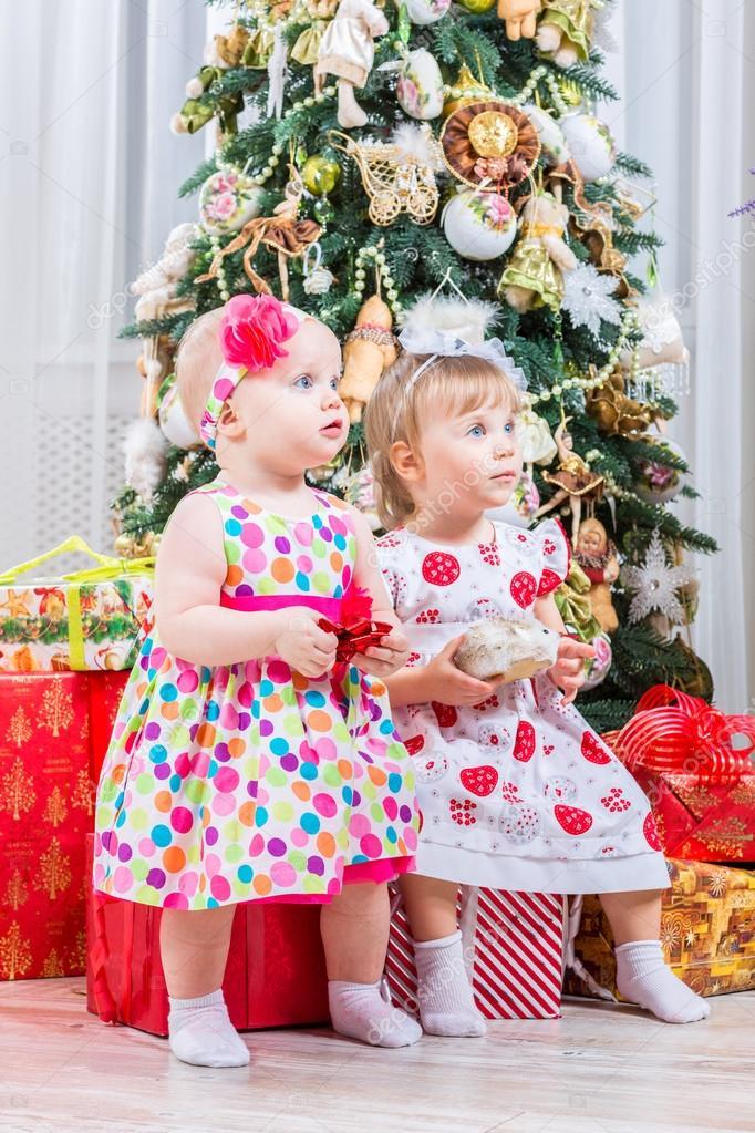 Zwei baby Mädchen mit Weihnachtsgeschenk — Stockfoto © bloodua #59281467