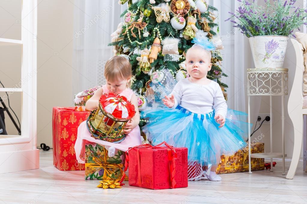 Weibliche Babies mit Weihnachtsgeschenk — Stockfoto © bloodua #59281585