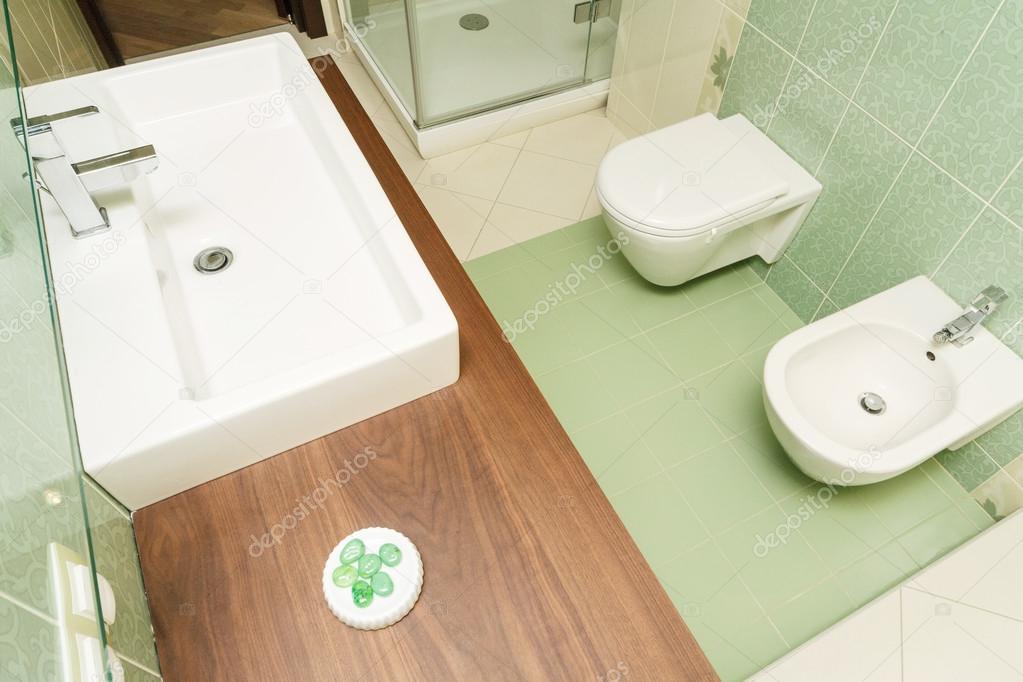 Moderne groene kleur badkamer u stockfoto gerasimov