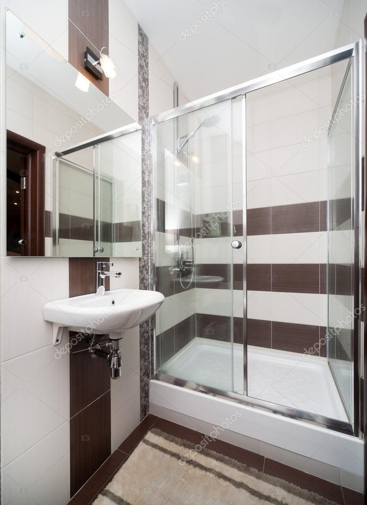 moderne kleine badkamer — Stockfoto © gerasimov #64250125