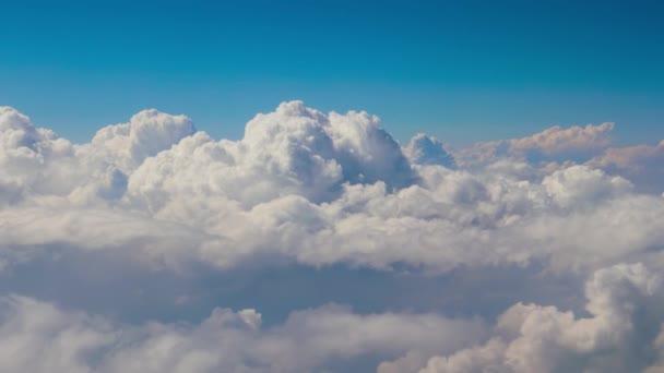Modrá obloha s mraky pohled z ptačí perspektivy