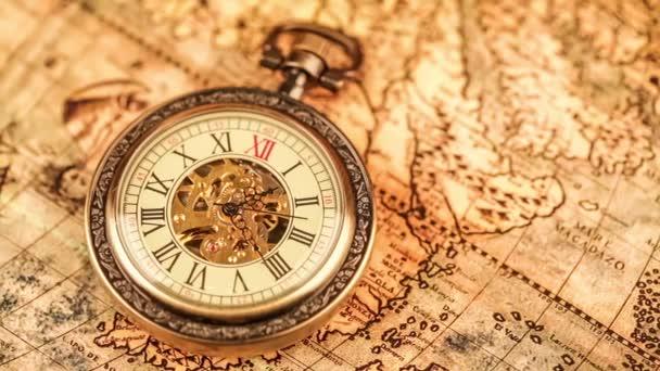 Kapesní hodinky na staré mapě