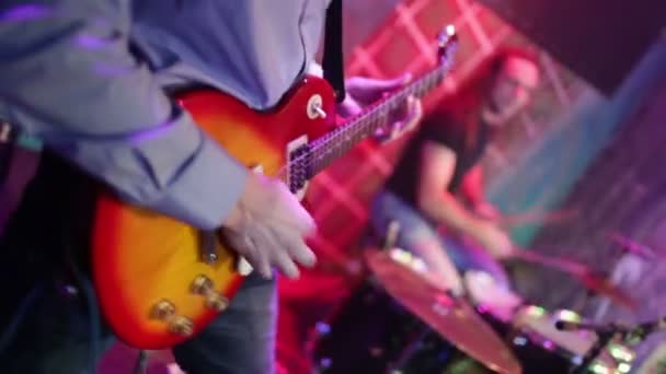 kapela vystupuje na scéně, koncert rockové hudby