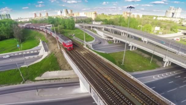 Pohled z ptačí let rychle jedoucího vlaku na mostě nedaleko křižovatky