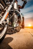 Motoros lány lovaglás egy motorkerékpár