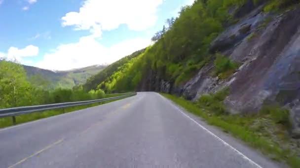 Auto na horské cestě v Norsku