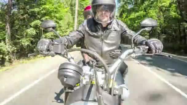 Dva motorkáři na motocyklu