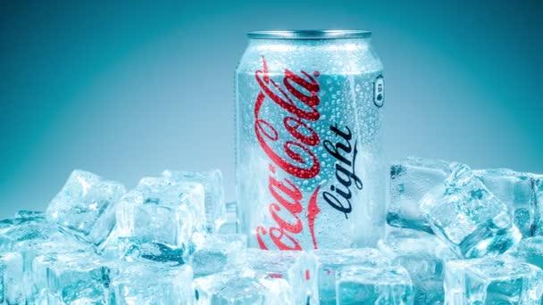 plechovku Coca-Colu lignt na ledě
