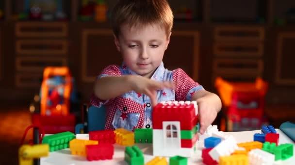Chlapec hrát s barevnými kusy