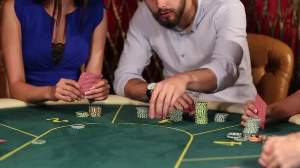 Lidé dělají sázky v kasinu