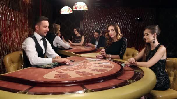 Dvě krásné ženy hrát Blackjack