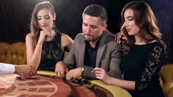 Šťastný muž vyhraje peníze v kasinu