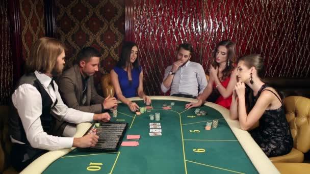 lidé hrát poker