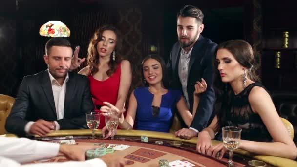 Šťastná žena vyhrát peníze v kasinu