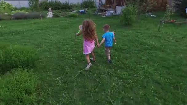 Boy and Girl Running con farfalla reti per cattura farfalle