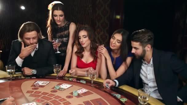 Společnost mužů a žen hraje Blackjack