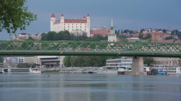 Výhled na řeku Dunaj, most a středověký hrad v Bratislavě