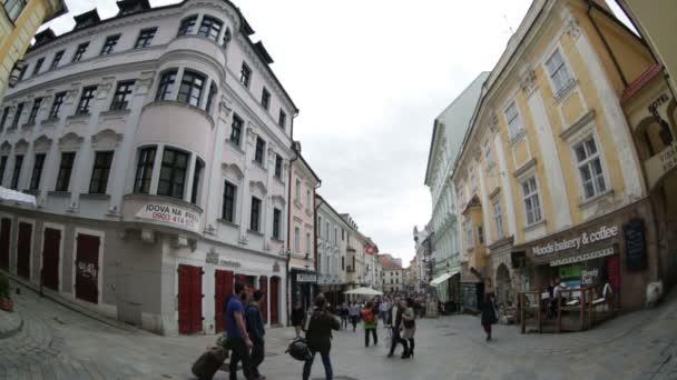 Turisté a občané na jedné z ulic v centru města. Bratislava