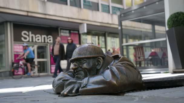 socha muže prohlížení out pod poklopem