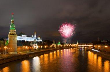 Moskova Kremlin geceleri üzerinde havai fişek