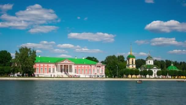 Urlauber fahren mit dem Boot durch den Palast von Kuskowo