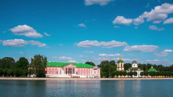Urlauber auf Booten in der Nähe des Kuschkowo-Palastes