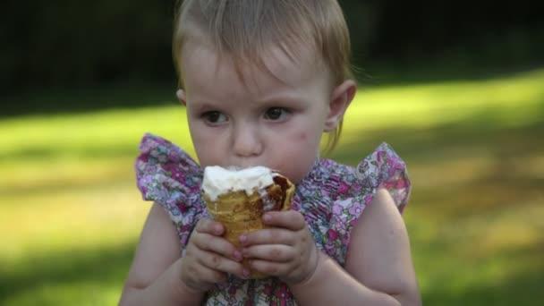 Holčička jí zmrzlinu