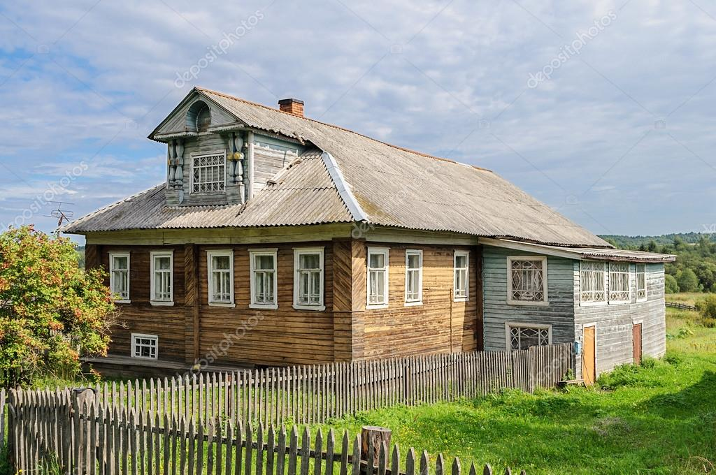 Hermosa Madera Casa Con Mansarda, Rusia. Día Soleado De Verano U2014 Foto De  Viknik