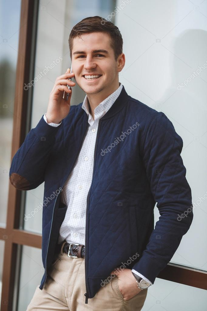 0cf9a0e9510b Νέος επιχειρηματίας που μιλάει στο κινητό τηλέφωνο σε εξωτερικούς ...