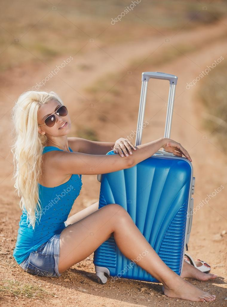 assis sur la valise sur le bord de la route photographie golyak 169 52341281