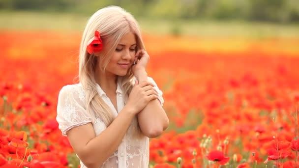 fiatal gyönyörű nő, piros Pipacsok virágos területén