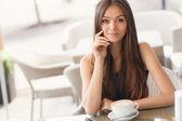 Fotografie Kaffee im Café am Morgen, für den Sommer schöne Frau