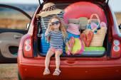 Fotografie Porträt von einem kleinen Mädchen sitzen im Kofferraum eines Autos