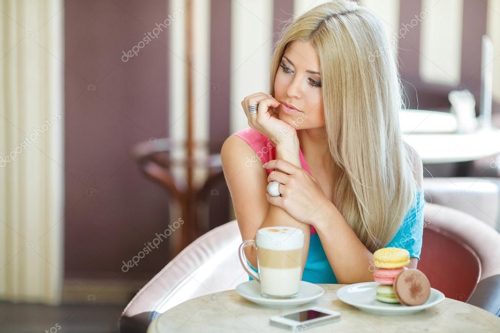 Блондинка на столе в баре