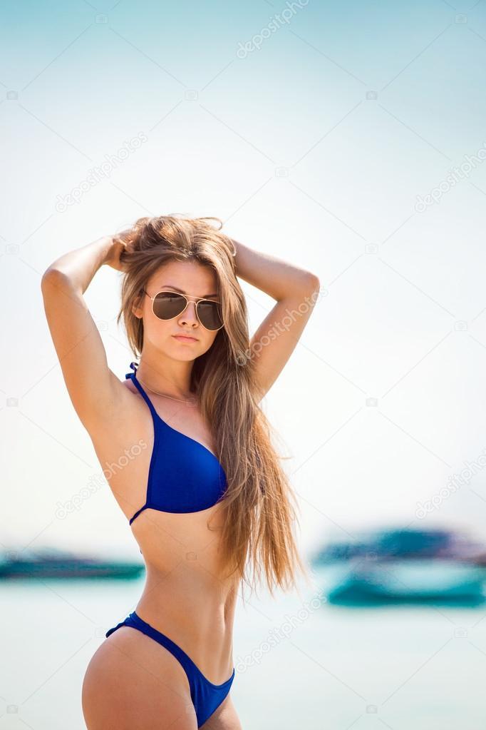 Очень молодой девушки на пляже фото 375-894