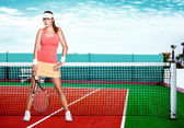 krásná rusovláska fit sport dívka s raketou na tenisový kurt