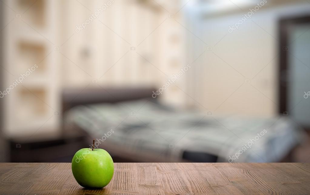 mela verde sul tavolo di legno — Foto Stock © avlntn #98860116