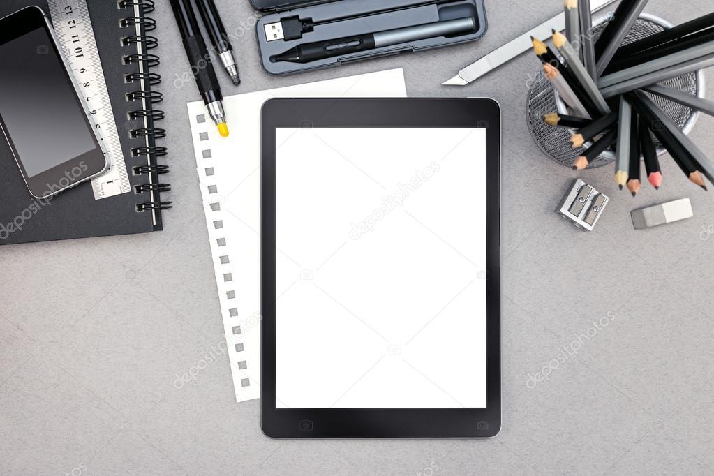 Arbeitsplatz mit digital-Tablette, Spiral-Notizbuch und ...