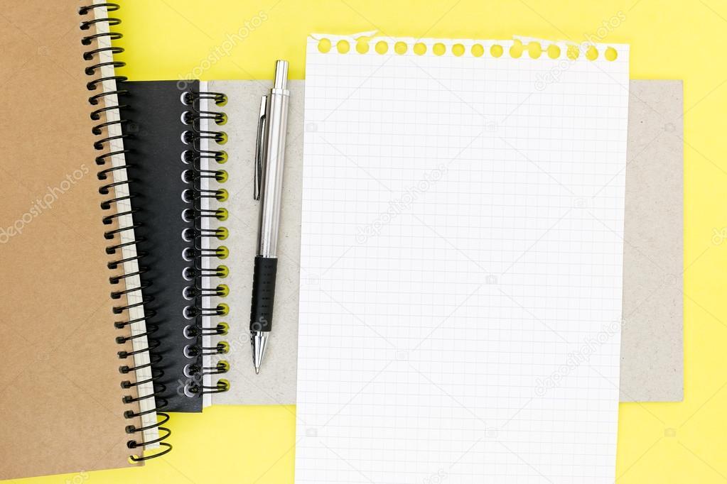 Vide feuille carrée de papier du bloc notes et stylo à bille sur