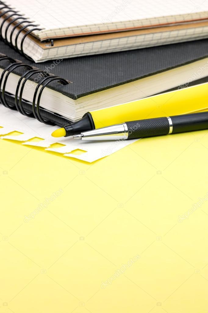 Suministros de oficina y papeler a para trabajo sobre for Suministros de papeleria para oficina