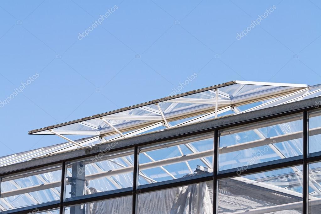 Aprire finestre di ventilazione di vetro su un tetto di - Finestra da tetto prezzi ...