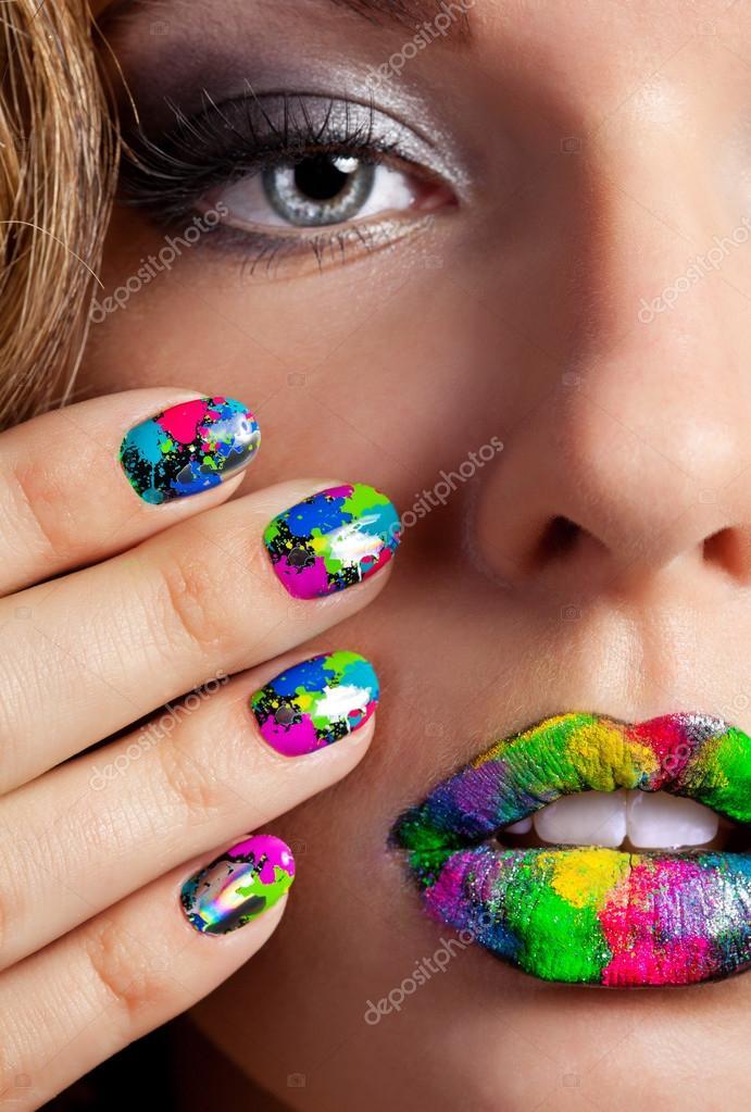 Chica con hermosas uñas Minx multicolores y maquillaje — Foto de ...