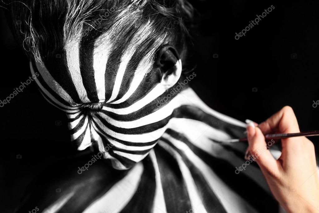 Artist Create Body Art On The Girl S Body Stock Photo C Nick Thompson 65667133